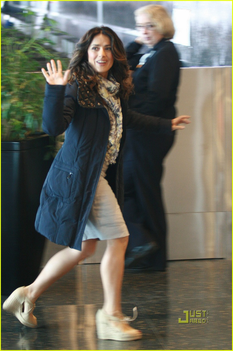 salma hayek boston logan airport 05