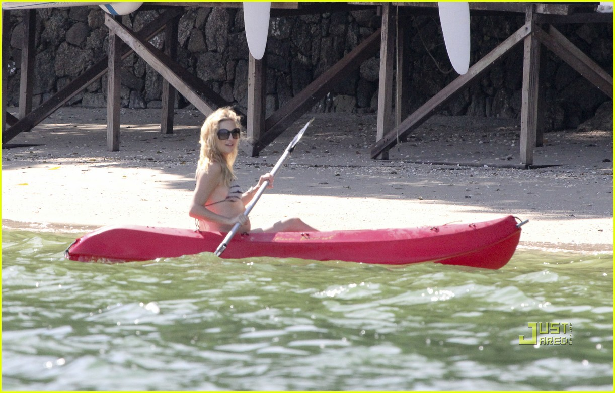 kate hudson pregnant bikini kayak 16