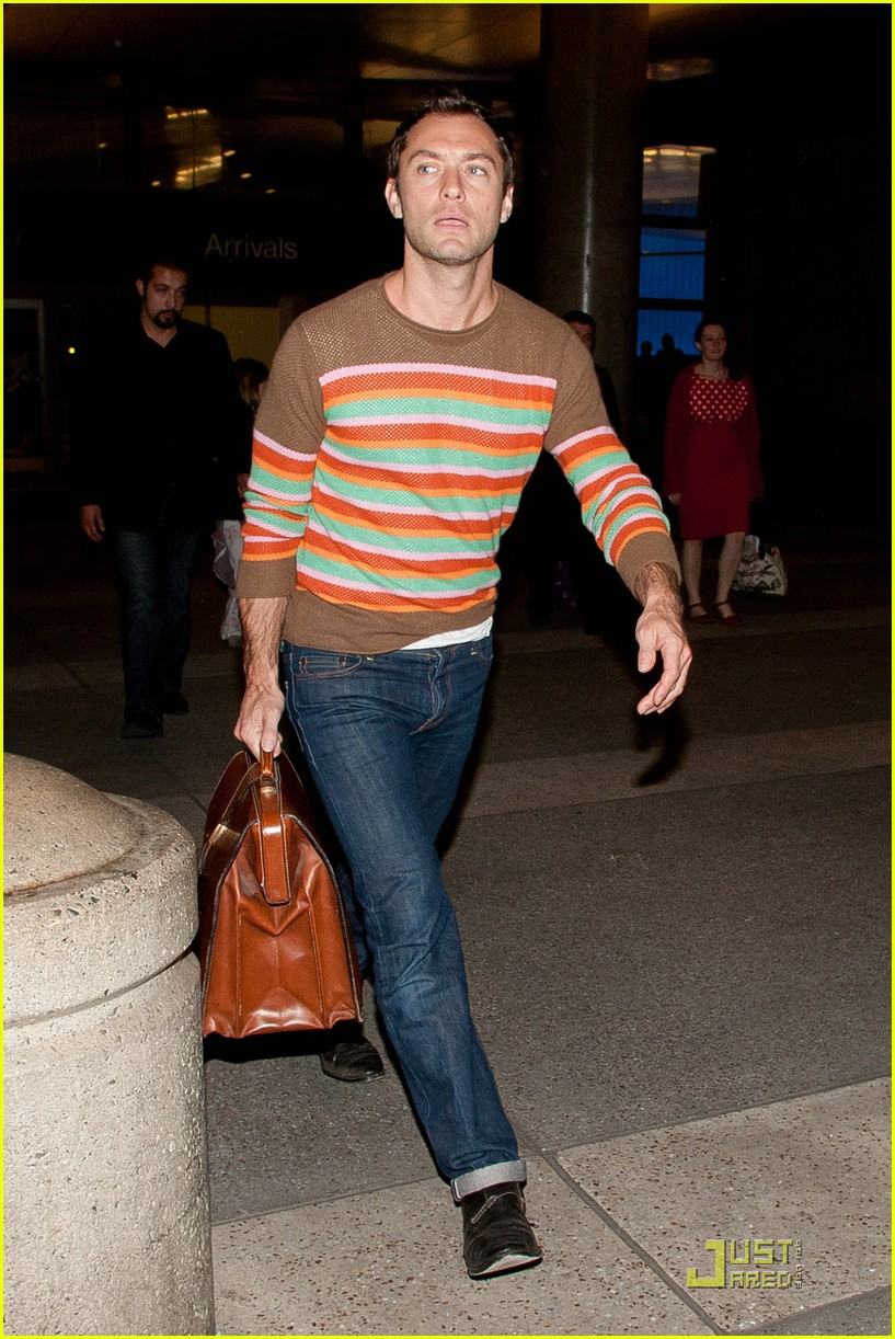 jude law lax arrival with sadie kids 012532477