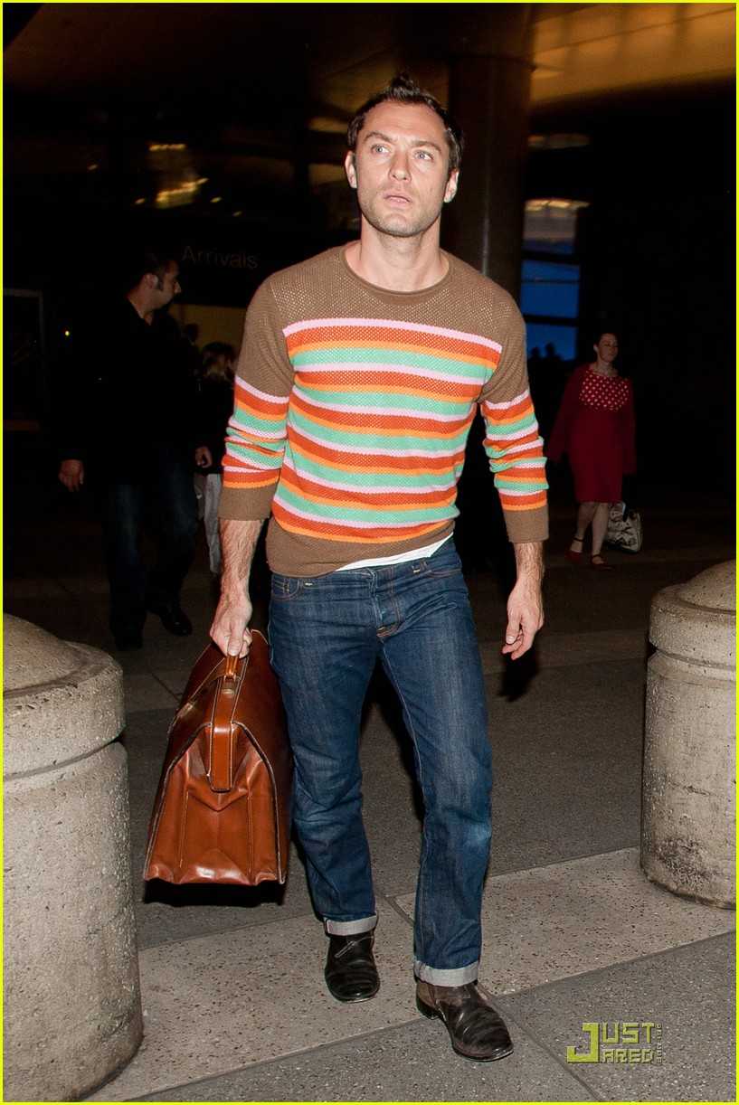 jude law lax arrival with sadie kids 092532485
