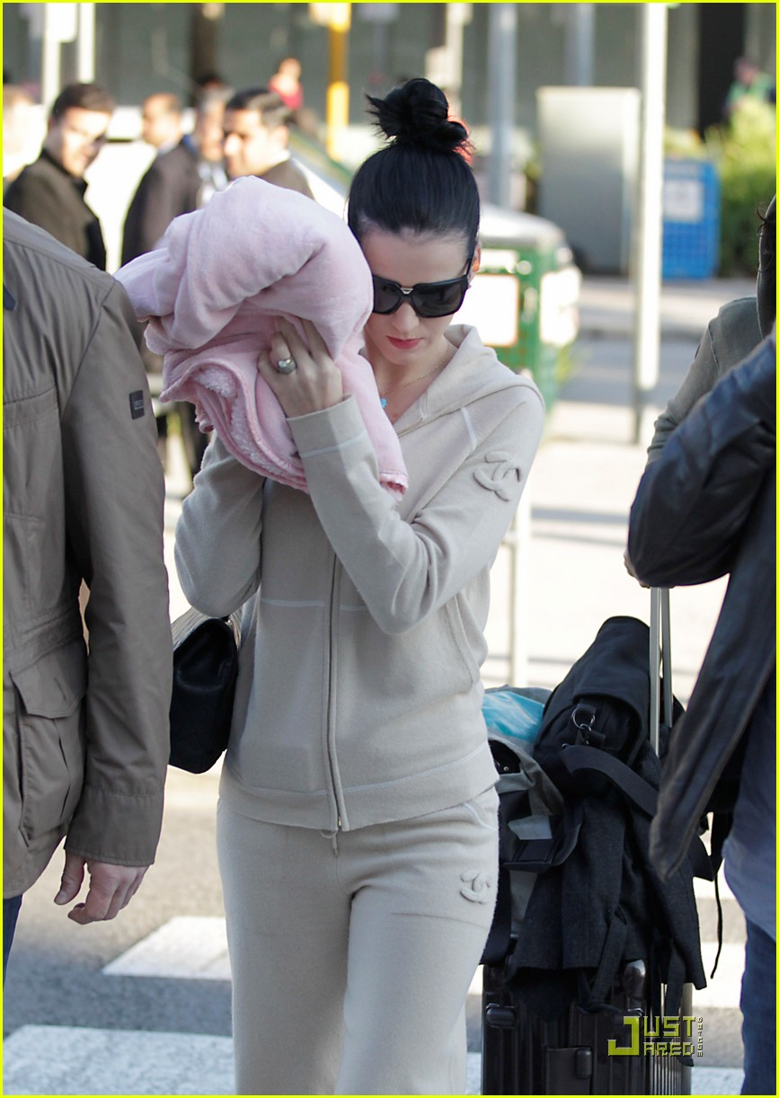 katy perry makes it to melbourne 042538884
