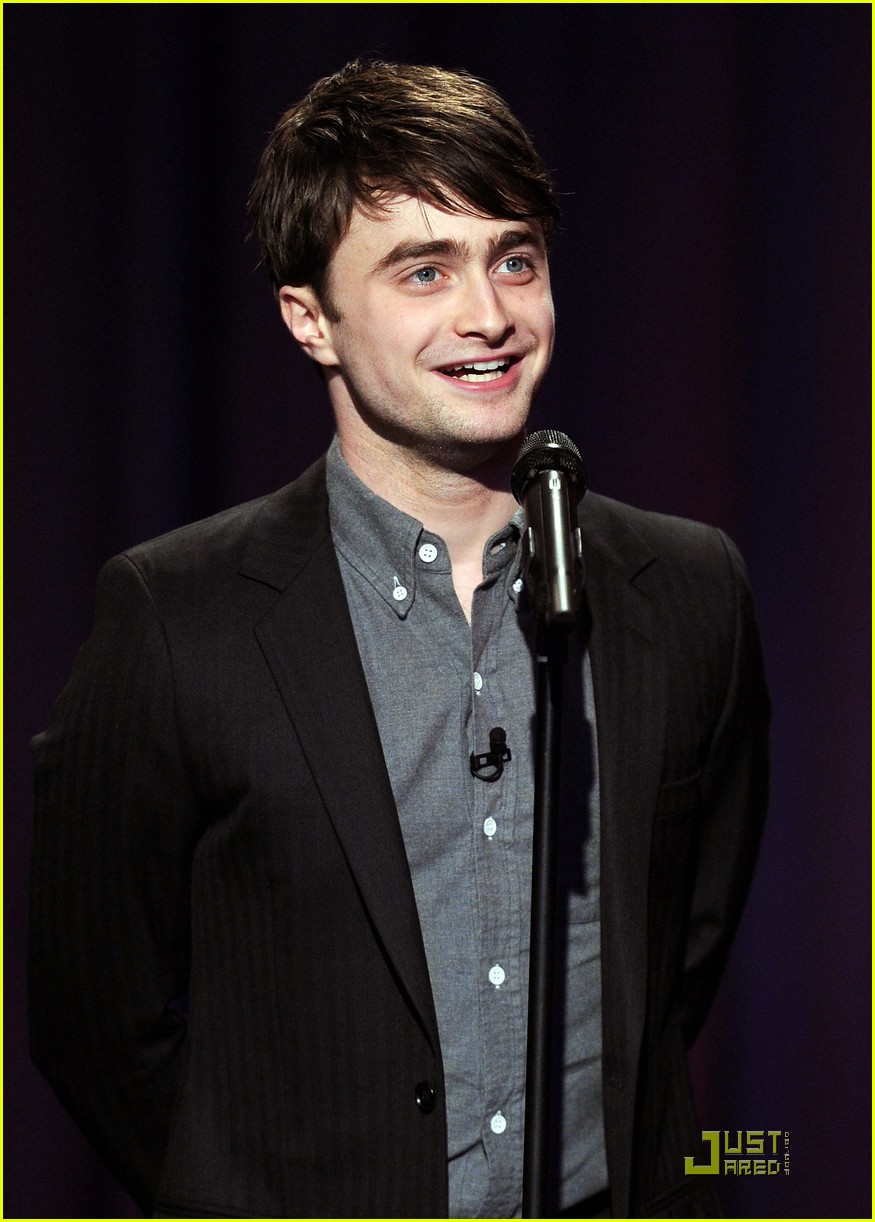 daniel radcliffe tries stand up comedy for jimmy fallon 012538327