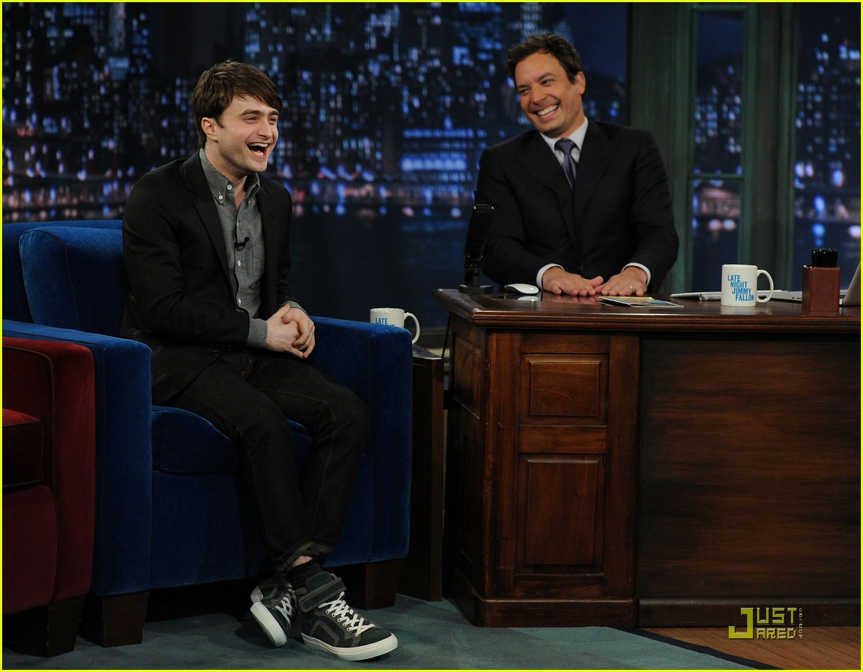 daniel radcliffe tries stand up comedy for jimmy fallon 09