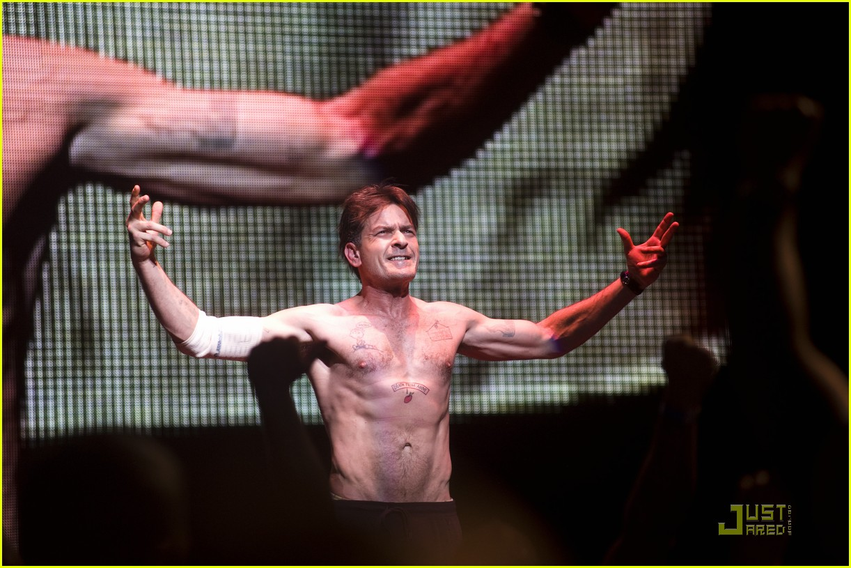 charlie sheen shirtless tour 02