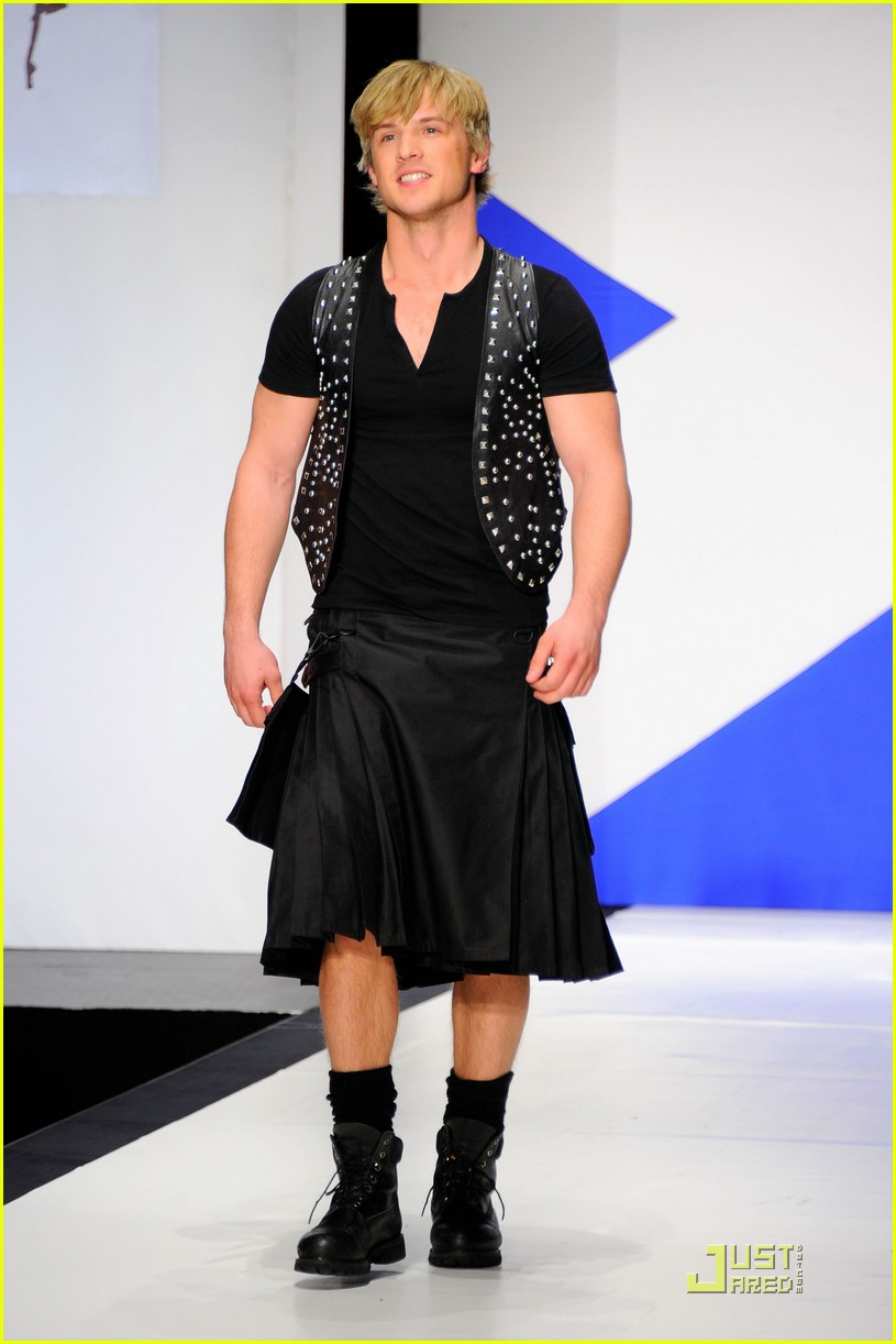 kiefer sutherland dressed to kilt 052533184