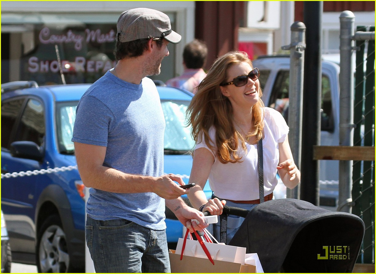 amy adams saturday shopping with darren and aviana 102548222