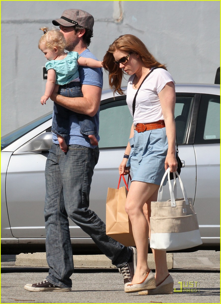amy adams saturday shopping with darren and aviana 162548228