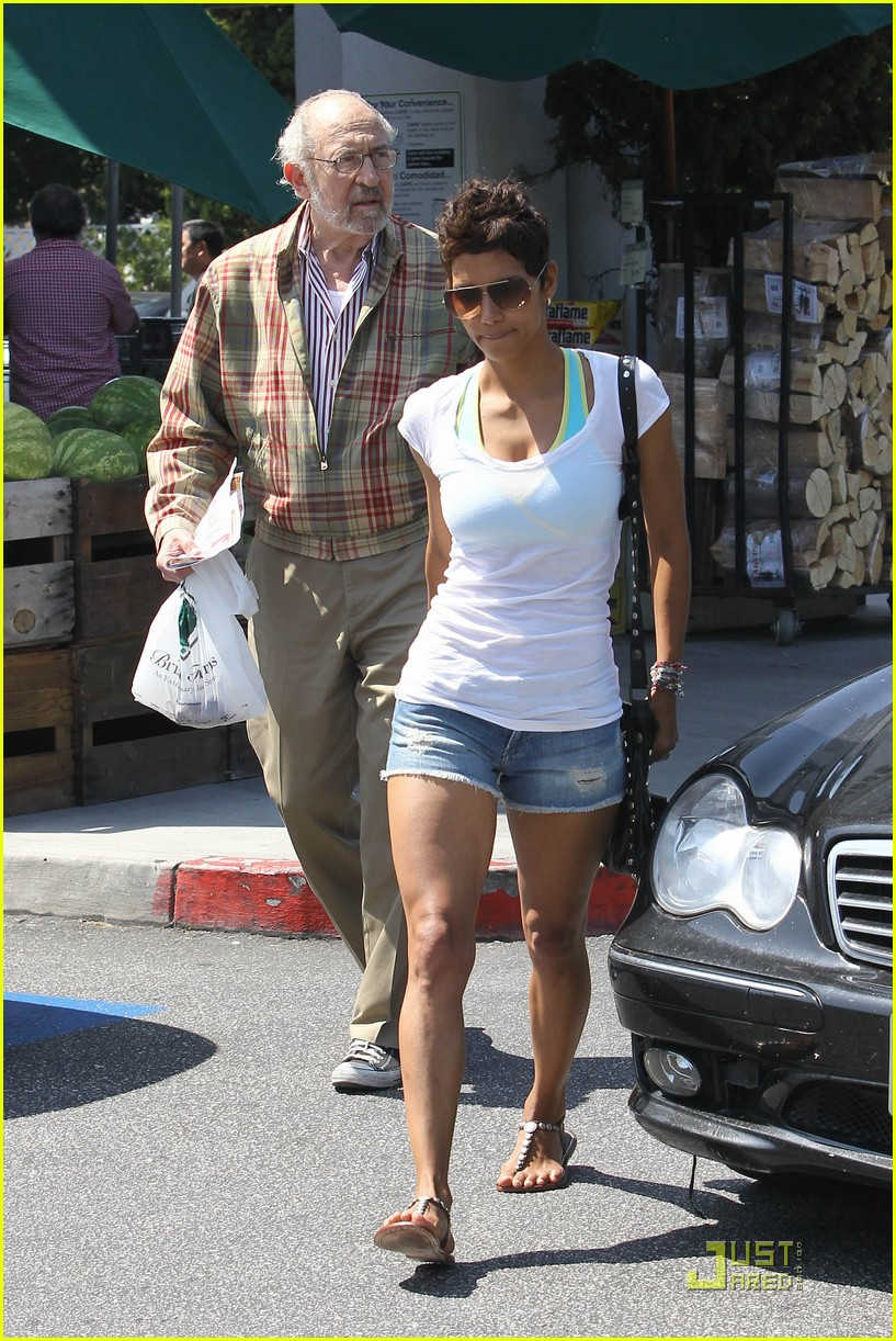 halle berry food shopping 01