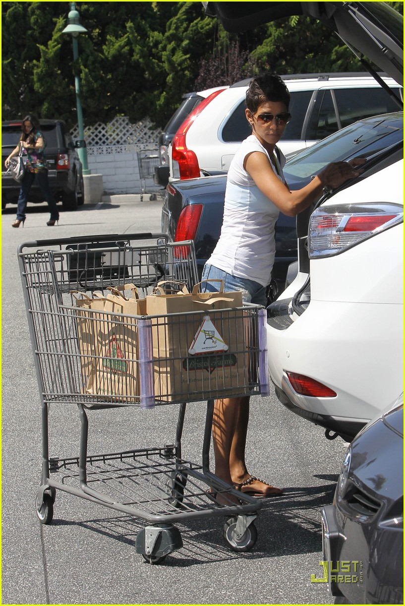 halle berry food shopping 032546086