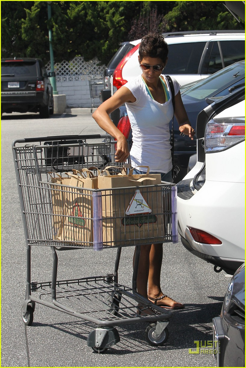 halle berry food shopping 052546088