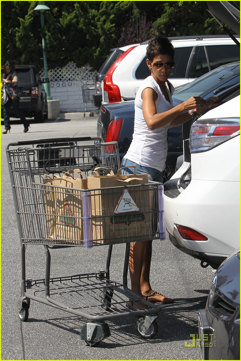 halle berry food shopping 072546090