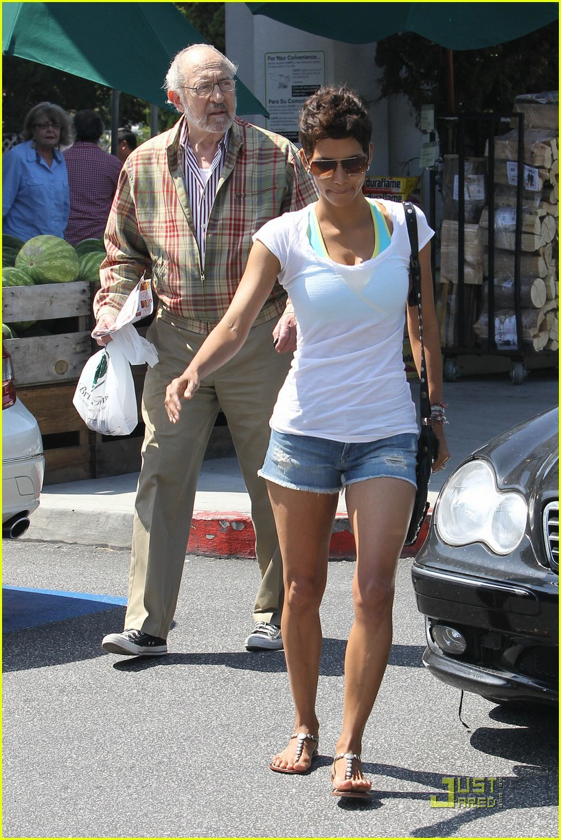 halle berry food shopping 082546091