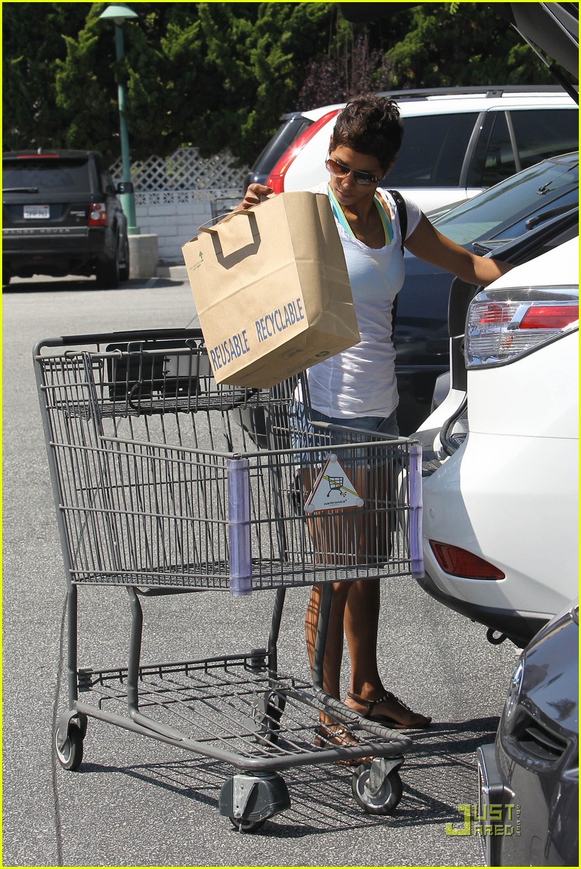 halle berry food shopping 09