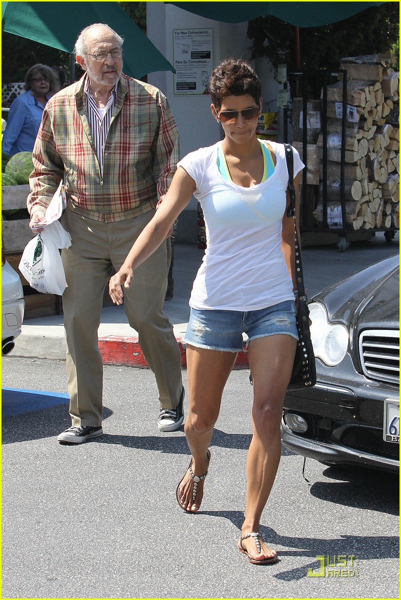 halle berry food shopping 11