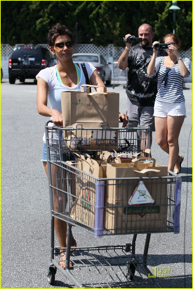 halle berry food shopping 122546095