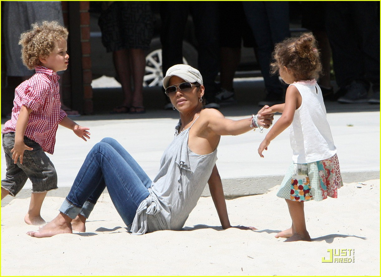 halle berry down the slide with nahla 042541594