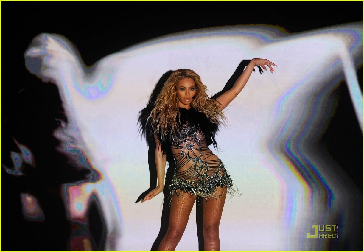 Beyonce: 'Run the World (Girls)' at the Billboard Awards!