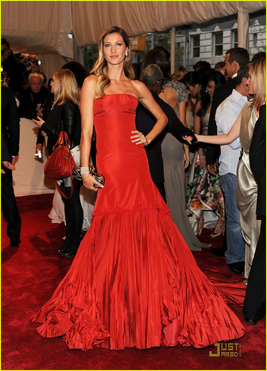 gisele met ball red 02