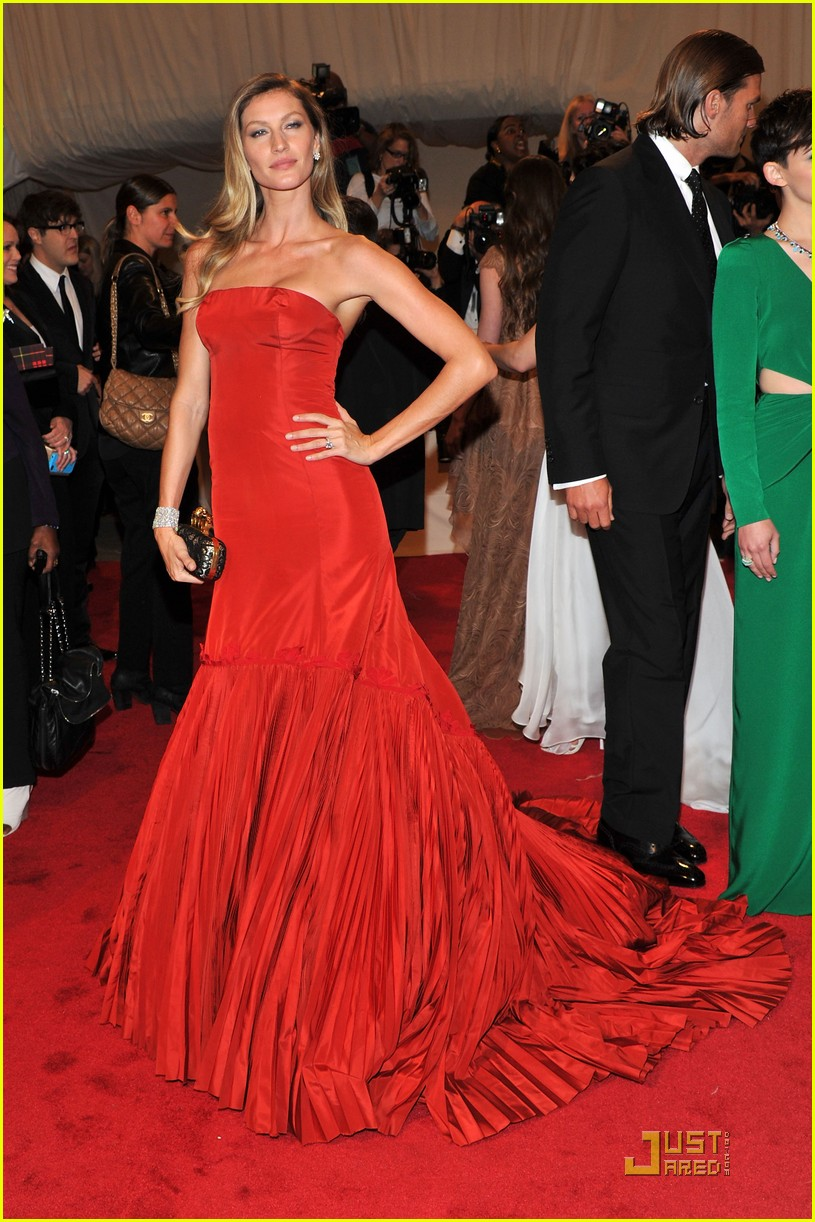 gisele met ball red 03