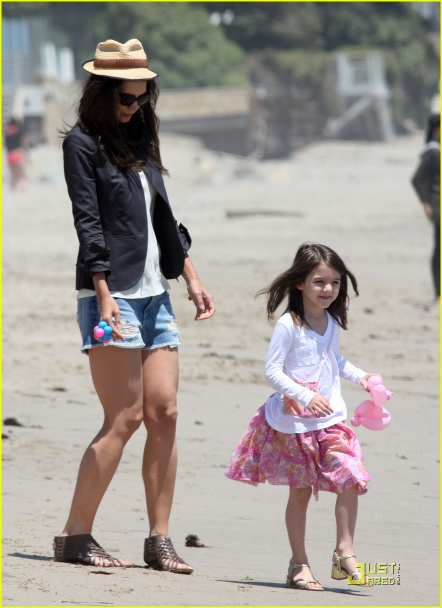 suri cruise katie holmes watch the waves 11