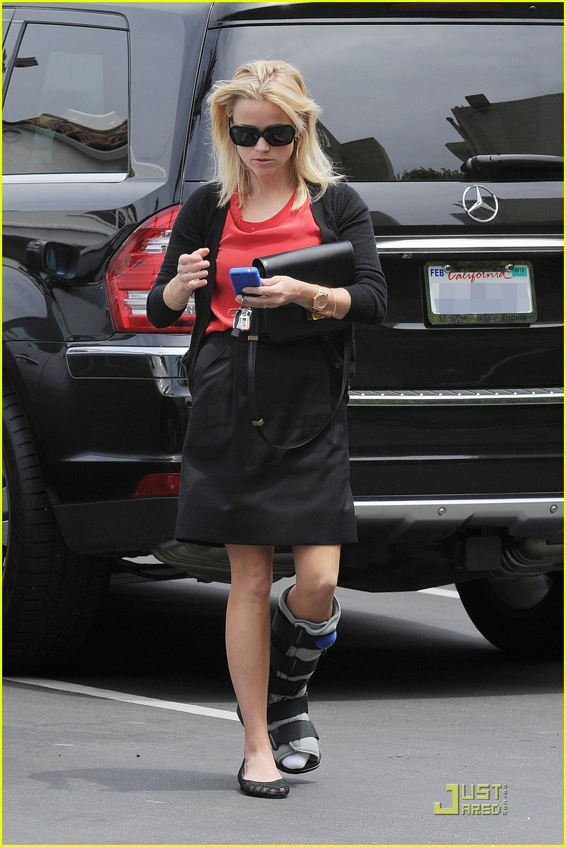 reese witherspoon blue plate oysterette visit 032544120