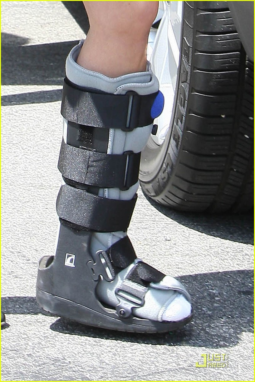 reese witherspoon wears cast on mothers day 03