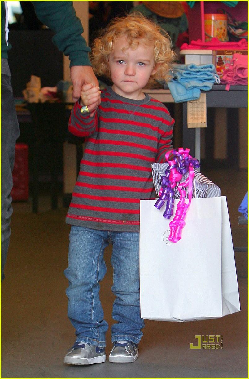 ashlee simpson pete wentz bronx toy store 022551751