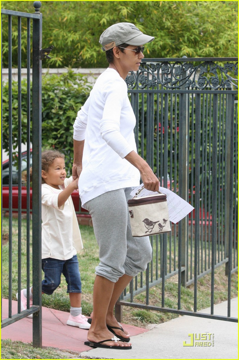 halle berry picks up nahla at school 01