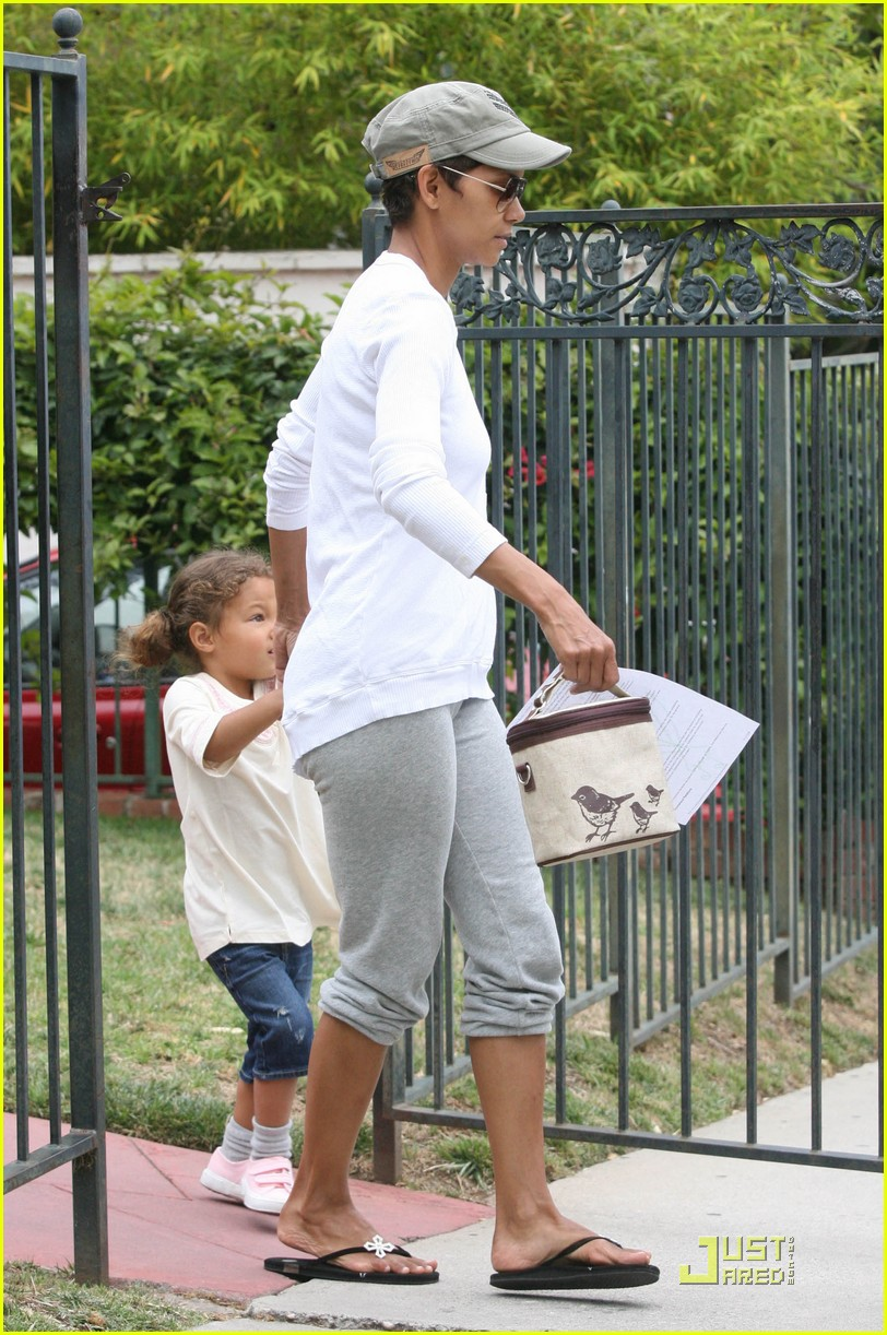 halle berry picks up nahla at school 03