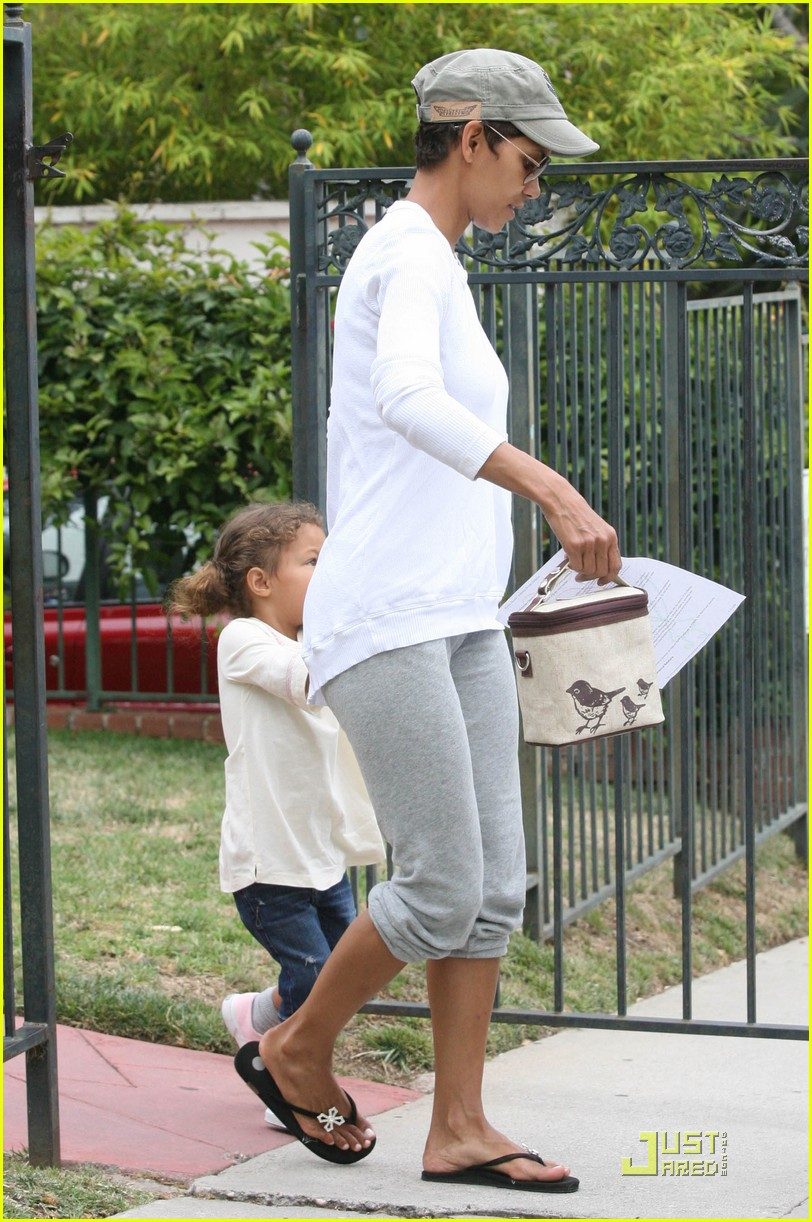 halle berry picks up nahla at school 05