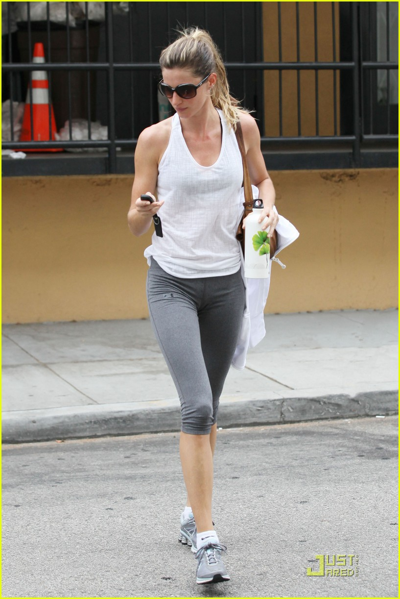 gisele bundchen water bottle 022551432