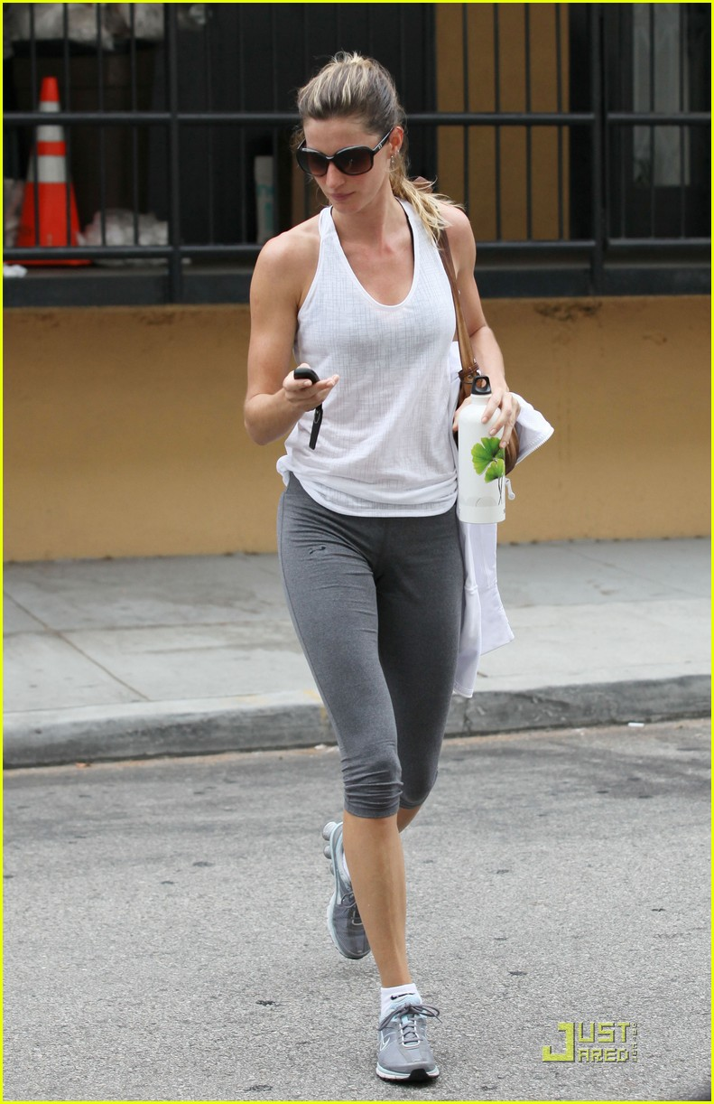 gisele bundchen water bottle 042551434