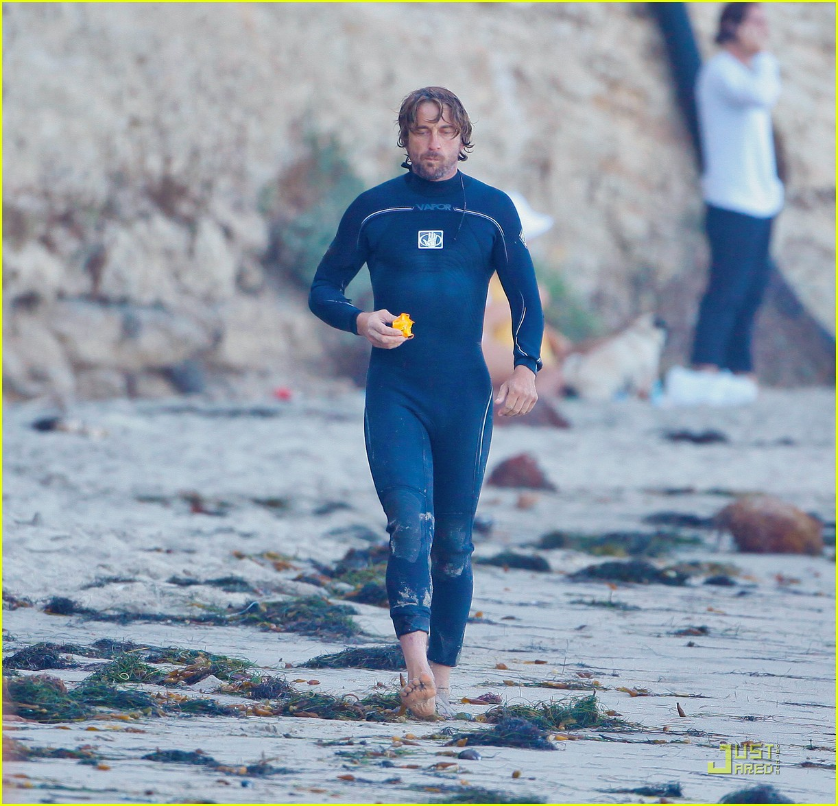 gerard butler atm stop after surfing 032555724