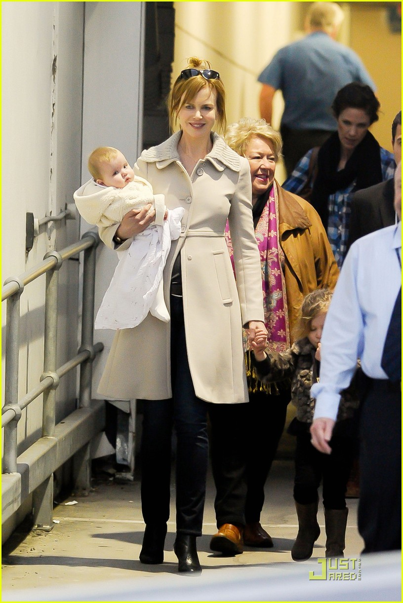 nicole kidman sydney airport with sunday and faith 042555878