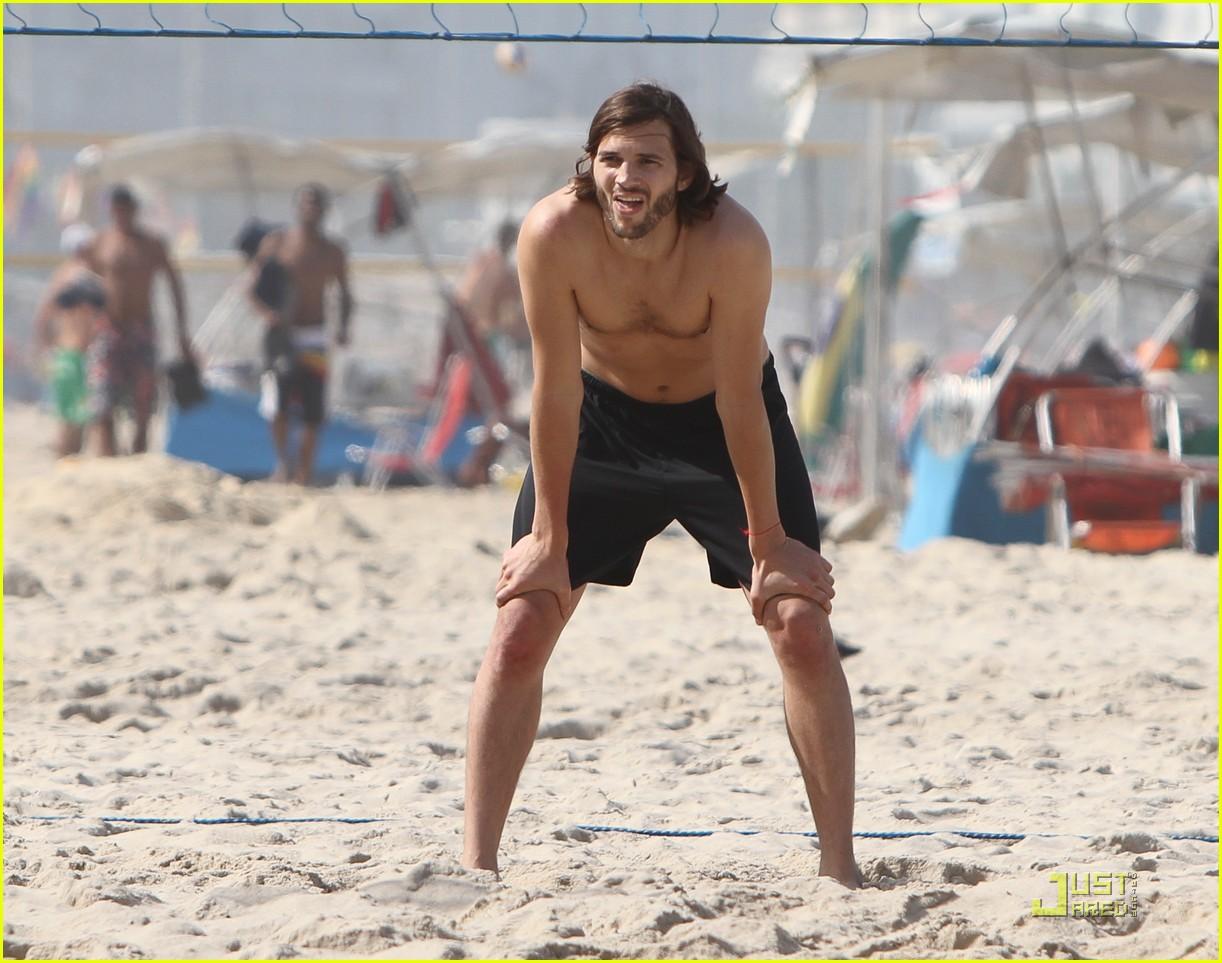ashton kutcher beach volleyball 012552354