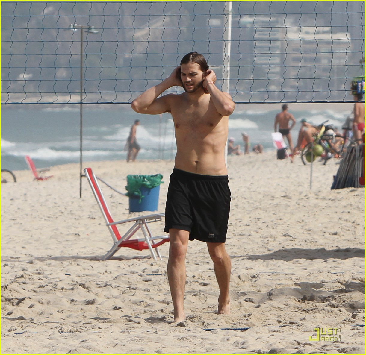 ashton kutcher beach volleyball 062552359