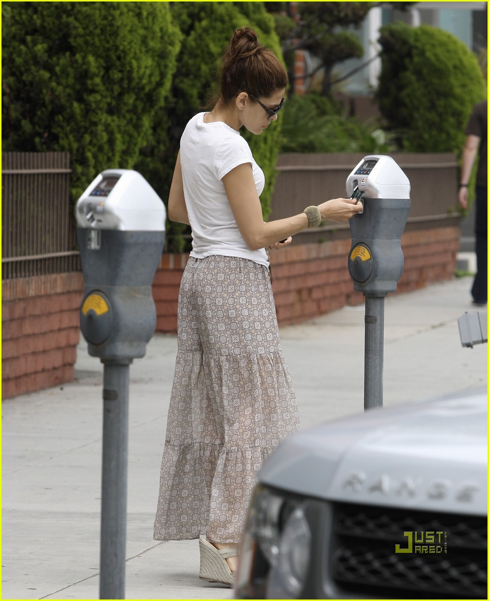 eva mendes walking dog 052551731