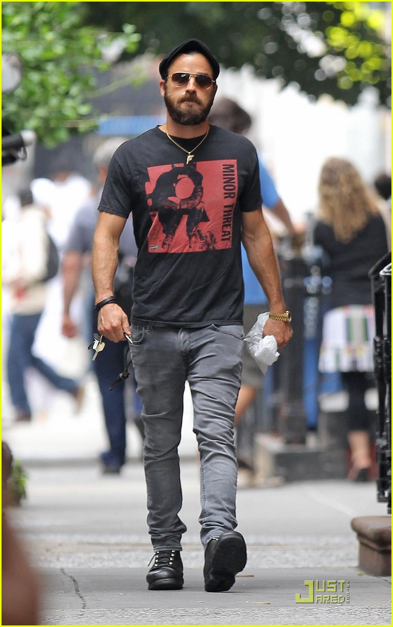 justin theroux nyc walk 03