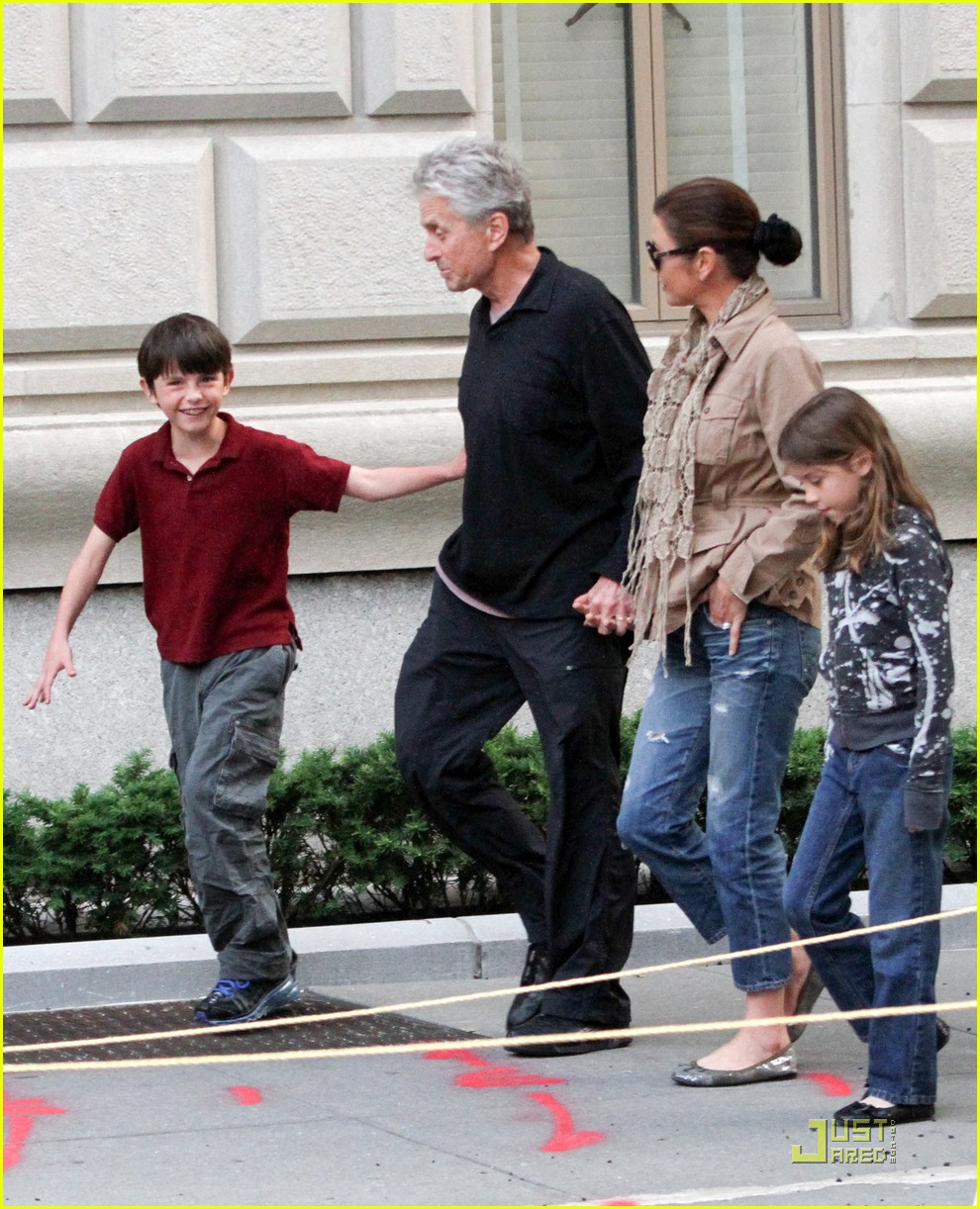 catherine zeta jones michael douglas family stroll 07