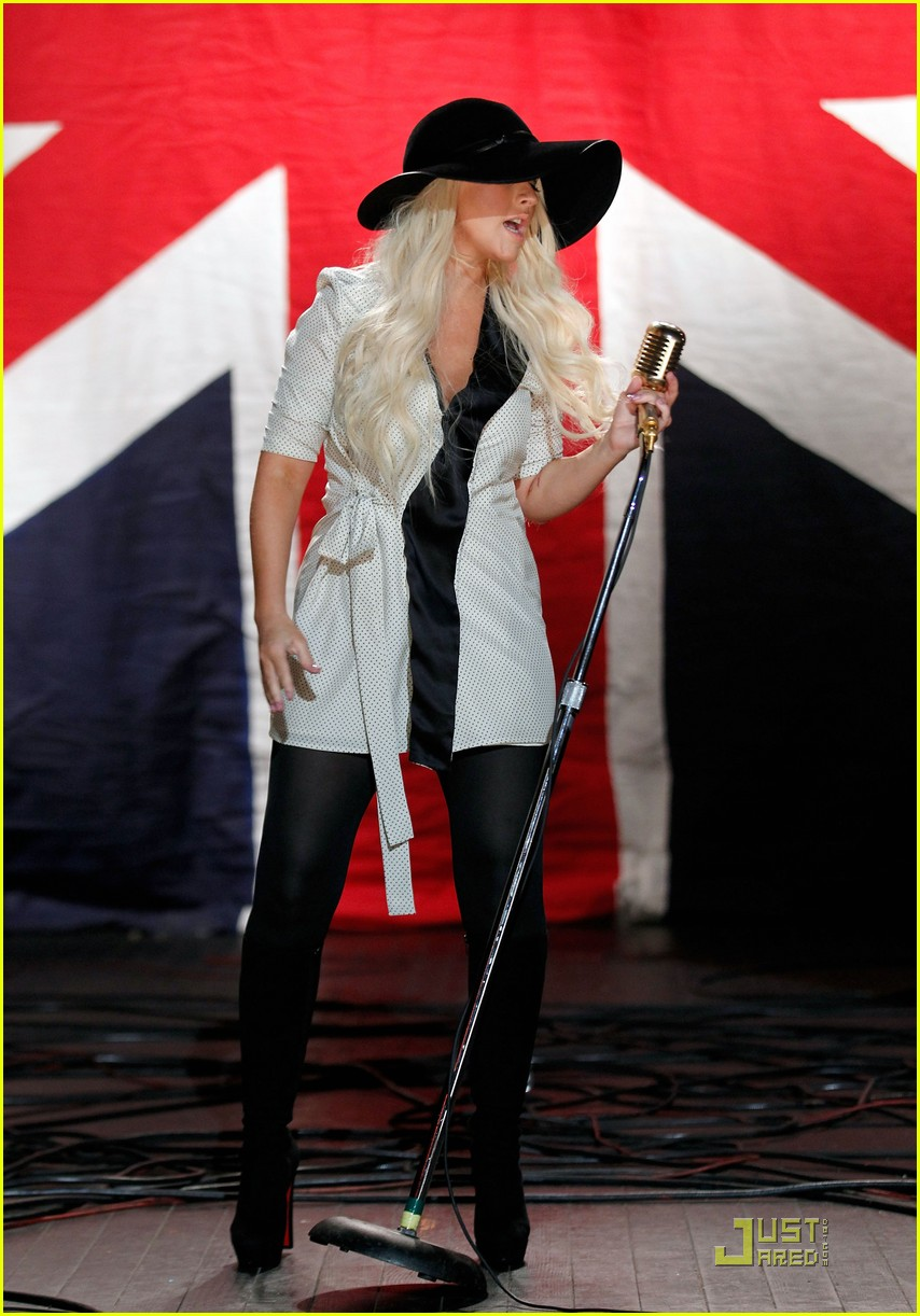christina aguilera moves like jagger video shoot with adam levine 012559522