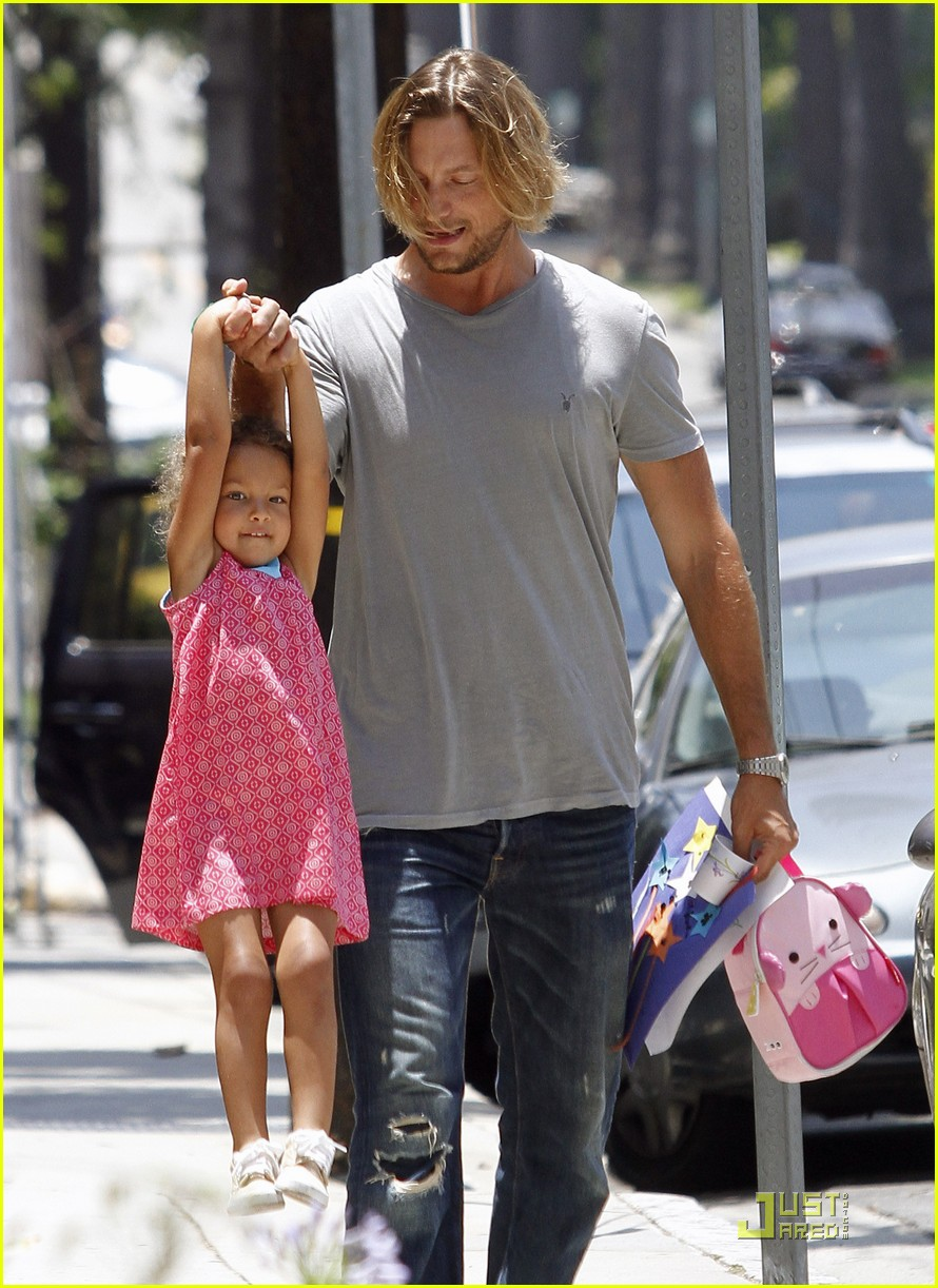 gabriel aubry gives nahla a lift 07