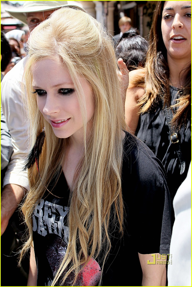 Full Sized Photo Of Avril Lavigne Extra Grove 06 Photo 2560641 Just Jared