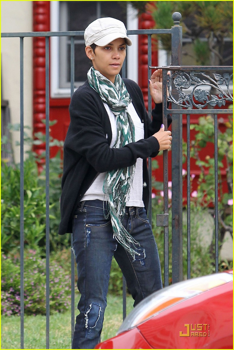 halle berry makeup free 01