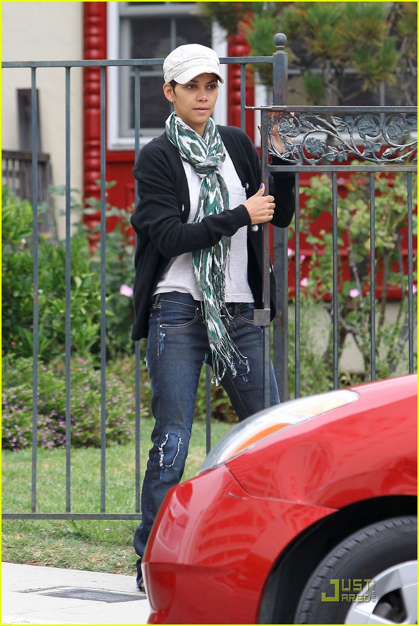 halle berry makeup free 04