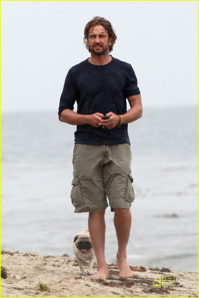 gerard butler strolls the beach with lolita 05