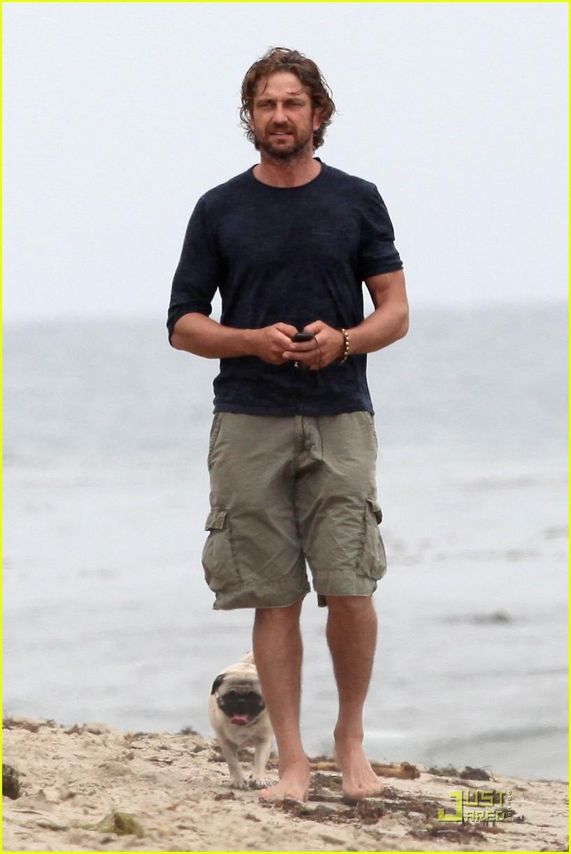 gerard butler strolls the beach with lolita 05