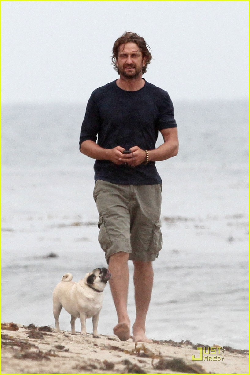 gerard butler strolls the beach with lolita 062557653