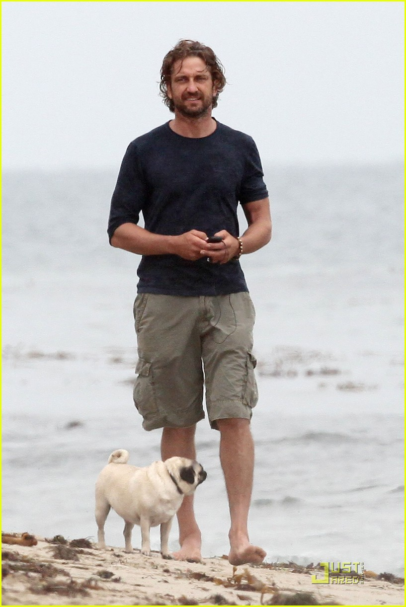 gerard butler strolls the beach with lolita 082557655