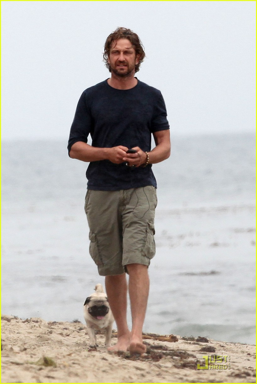 gerard butler strolls the beach with lolita 13
