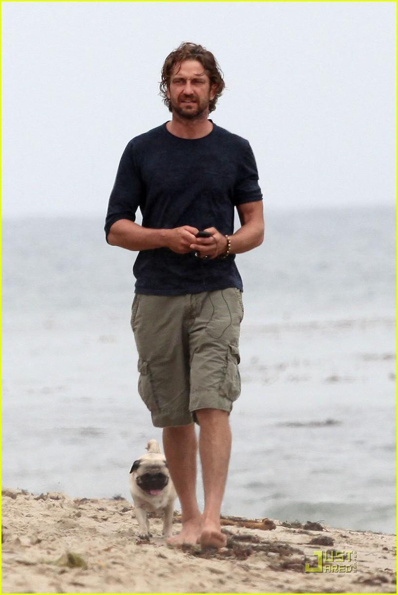 gerard butler strolls the beach with lolita 13